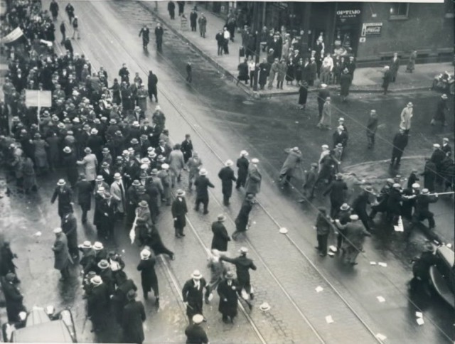 American Communists_attacking_a_parade_of_Ukrainians_in_Chicago._17.12.1933